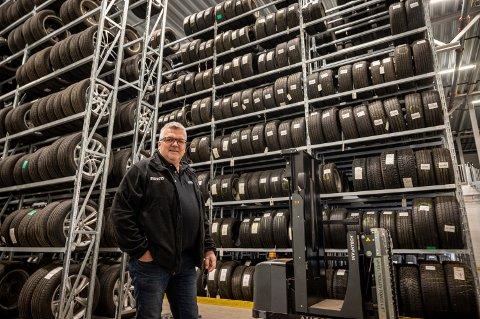10.000 HJUL: Avdelingsleder Sven Arne Juritsen hos Dekk 1 på Åssiden har 10.000 hjul på dekkhotellet. De har åpent slik at kundene skal få lagt om til sommerdekk, men de må kjøre bilen inn og ut av verkstedet selv. Juritsen forteller at de tar mange forholdsregler nå, og det ikke er nødvendig med menneskelig kontakt i løpet av prosessen i det hele tatt, heller ikke med tanke på betaling.