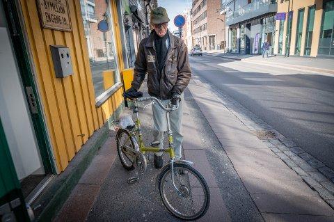 Torbjørn Basconti Olsen (75) tok sykkelen fatt tirsdag, for å hente seg et måltid hos Bymisjonen i Drammen. De som er mest utsatte mangler møtesteder nå - det bekymrer flere.