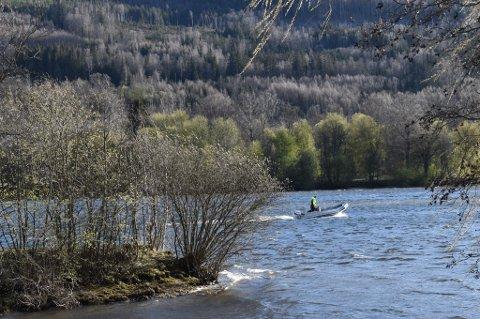 KANTRET: To menn kantret i kano ved Pålsøya søndag. Etter få minutter ble de reddet opp av John Ragnar Stenersen, men da hadde de allerede drevet noen hundre meter. Her er Stenersen på vei tilbake til Langesøy, der han bor.
