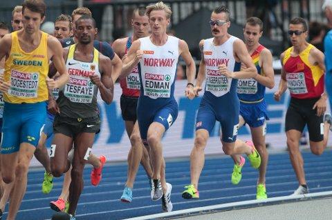 GODT SELSKAP: Ferdinand Kvan Edman er idrettsutøver på heltid. Her fra friidretts-EM på Olympiastadion i Berlin i 2018. Bak han løper Henrik Ingebrigtsen.