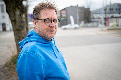 Tore Bråttvik ble selv vitne til en alvorlig trafikkulykke for to år siden rett ved der han bor på Bragernes. Nå etterlyser han at noe blir gjort før det skjer en dødsulykke.