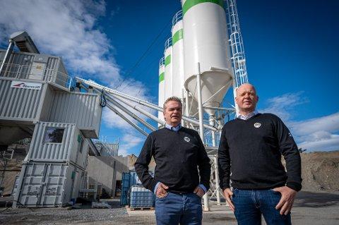 BETONG: Eier og daglig leder Morten André Lie (til venstre) og styreleder Espen Andersen foran den nye betongfabrikken til Hokksund Betong AS.
