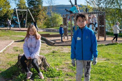 TRIST: Nicolai Solheim og Caroline Bocevic går i tredjeklasse på Tangen skole. De synes begge det er trist å ikke kunne gå i tog på 17. mai.
