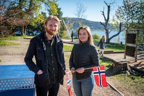 FORBEREDER ELEVENE: Astrid Marie Ødegaard Mølsted og Simen Olsen jobber på Tangen skole. De synes begge det er kjedelig at den vanlige 17. mai feiringen utgår, og sier at de fleste elevene forstår hvorfor det må bli sånn.