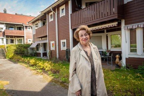 NABO: Liv Knudsen (82) ble evakuert midt på natten, da det begynte å brenne i nabohuset. Hun forteller det var skremmende, men at de ble godt varetatt.