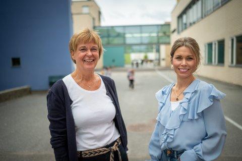 GLEDER SEG: Rektor Randi Nysæther og Elisabeth Ravn Brække ser fram til skolene åpner igjen mandag.