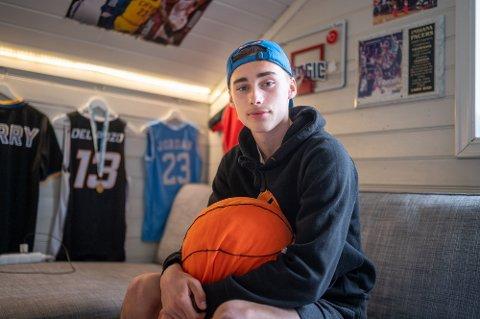 STORE DRØMMER: Nikolai Del Pozo (15) fra Solbergelva sin største drøm er å bli stor stjerne i USA. På gutterommet har han basketkurv, drakter på veggene og sengeteppe i det amerikanske flagget.