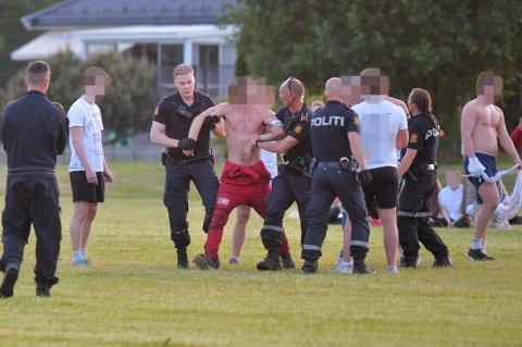 Det gikk hardt for seg da russen samlet seg til kjøttkamper i helgen. Her bryter politet opp en slik kamp i Sande, der russ fra Drammen var involverte.