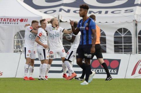 SCORET SIST: Lars-Jørgen Salvesen (i midten) scoret for SIF mot Stabæk på Nadderud i fjor høst, men det ble 2-1-tap. Onsdag møtes lagene igjen i Bærum.