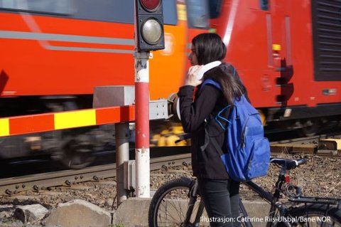 Bildet viser en sikret planovergang på Sørlandsbanen ved Drammen.