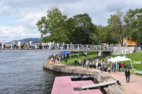 AVLYSES: Kommunen har torsdag satt foten ned for Kunst Elva Rundt, som skulle gå av stabelen førstkommende søndag. Her fra fjorårets arrangement, da det var køtendenser rundt elva. Kunst Elva Rundt har blitt arrangert på begge sider av Drammenselva siden 2009.