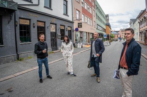 ØNSKER EI LIVLIG, INTIM GATE: Disse fire er del av en en større gruppe som brenner for å utvikle Tollbugata. - Utviklinga her har vært veldig positiv lenge. Nå vil vi gjøre gata enda mer livlig, sier Dag Erlend Lohne Mohn (nr. to fra høyre), prosjektleder for Markedsgata Tollbugata-prosjektet. T.v. Thomas Innstø, medeier av Rekord bar og Frukt & Grønt, Sunniva Ferrada, innehaver av Retropiken og helt til høyre Christoffer Løvdal i Brække Eiendom.