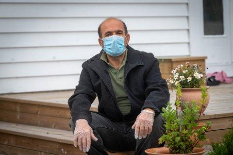 SMITTET: Osman Karim er en av de ansatte i Bama på Lierstranda som er smittet av koronaviruset. Nå forteller han om opplevelsen. NB: Bildet er tatt med telelinse på lang avstand.