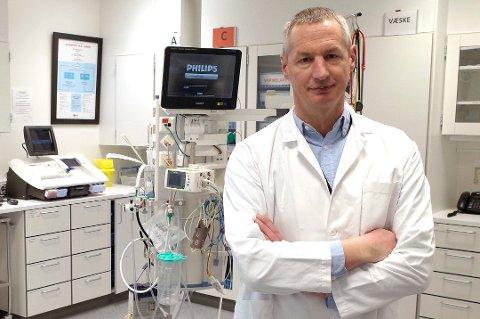Fagdirektør Ulrich Spreng ved Vestre Viken sier at ansatte ved ortopedisk sengepost har brukt munnbind, men at det ikke alltid hindrer smitte.