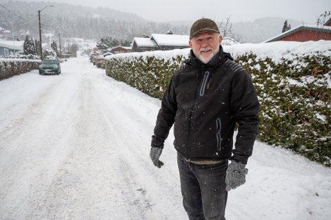 HER GÅR GRENSEN: I dag bor Leif Børre Andersen i Drammen kommune og grensen mellom kommunene Øvre Eiker og Drammen går akkurat her – på Klommesteinveien. I nær framtid flytter han og naboene på østsiden av veien kommune. – Da kan vi skrive 3048 på brevene våre, og ikke 3005. Det gleder vi oss til, sier Andersen.
