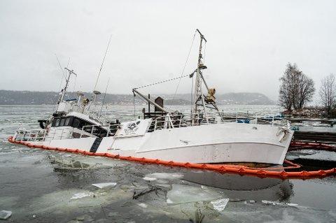 NEDSUNKET: Båten M/S Bergvåg ligger med kraftig slagside ved Nøsted Brygge. – En situasjon vi vurderer fra dag til dag, sier kommunen.