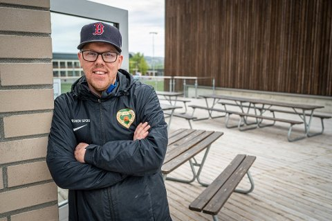 DET SOSIALE: Ola Ekeberg Apenes forteller at mange av ungdommene i Drammens Ballklubb begynte å trene for seg selv under pandemien. – Vi vil slå et slag for det sosiale og tilhørigheten til et lag, sier han.