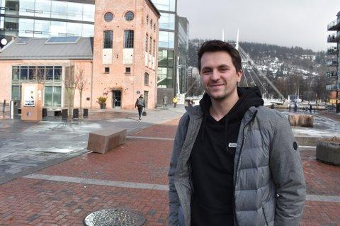 SNART PAPPA: I uke 9 er det vinterferie i Drammen. Kjæresten til Muhamed Bojic (25) har termin om bare fem uker, derfor skal paret være hjemme i ferien – Det kan hende ungen kommer midt i tida jeg har praksis. Vanligvis ville vi nok reist til familien i Bosnia, dem har vi ikke sett på lenge, sier han.