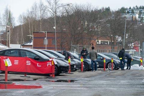 KAN LEVERE UT VARER: De aller fleste butikker har måttet holde stengt fra tirsdag av grunnet nye smittevernregler. På Teslas butikk i Drammen  var det en del kunder tirsdag. Ifølge kommunikasjonssjefen i Tesla drives det ikke salg her, kun utlevering av biler.