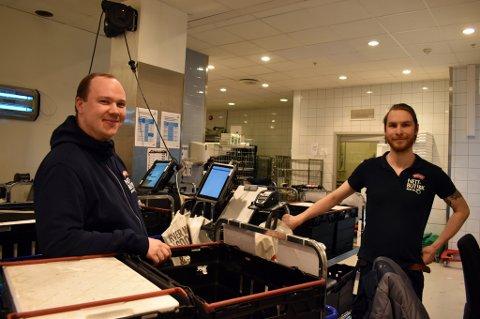 MATEN PÅ DØRA: Meny og Kolonial.no har merket et oppsving i nettbutikkene sine de siste dagene. – Det har vært skikkelig mye å gjøre i dag, sier Magnus Vigdal (t.h.) ved Meny Union Brygge. Til venstre kjøpmann Erik Hofton.