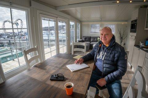 MYE Å GJØRE: Børre Pedersen i Toppcamp har rekordmange bestillinger nå. Han har bygd kontoret sitt med samme modell som forteltene han selger.