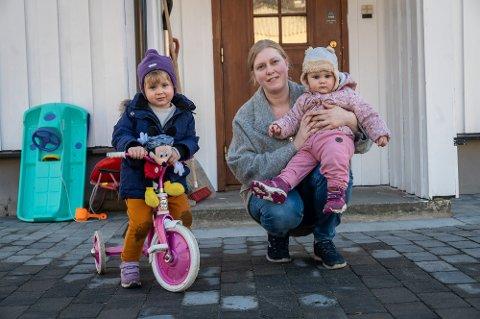 MÅTTE SNU: St. Hansberget barnehage stenger ut uken. Det betyr at mamma Anne Silje Briskelid (30) må være hjemme med døtrene Sophie (t.v.) og Irina (1) de neste dagene.