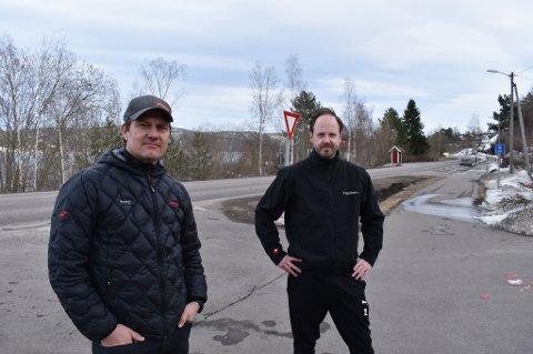 BÅT KANTRET: Pål Marius Brun og Henrik Dyrstad fikk en uvanlig søndag formiddag da de var vitne til at en katamaran i full fart kantret på fjorden.