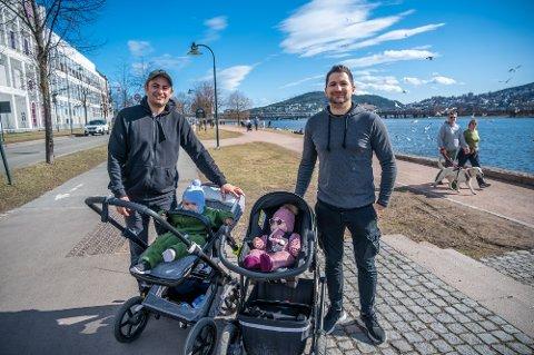 HOLDER AVSTAND: Fra venstre Dincer Tugsuz (35) med sønnen Araz (15 mnd) og Cengiz Tugsuz (32) med datteren Sara Liya (seks mnd).