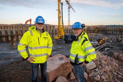 F.v.: Prosjektsjef Arnstein Hodne og områdeleder bygg Tore Bryhni på den nye sykehustomta.