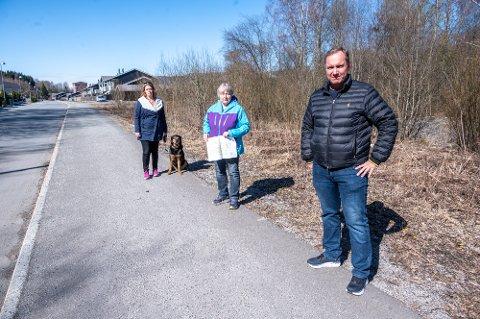 FORTVILER: Elisabeth Hartmann (t.v.), Unni Bjørnson og Åge Atterås synes det er trist at området hvor aktivitetsparken skulle ligget fortsatt ikke kan brukes til noe.