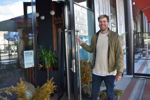 Daglig leder ved Ypsilon Bar, Sindre Bjerknes Friberg (31), gleder seg til å ta imot kunder.