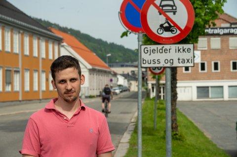 FRUSTRERT: Jan Erik Trengereid bor like ved gata der det er gjennomkjøring forbudt, og er frustrert over at folk gir blaffen i skiltingen.