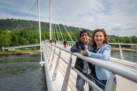 ELSKER DRAMMEN: Julio fra Bolivia og Maria fra Russland driver eget reisebyrå i Drammen.