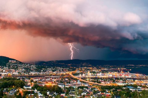 BULDER OG BRAK: Det er sendt ut farevarsel for mye lyn i Drammen lørdag.