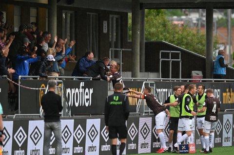 Martin Rønning Ovenstad har akkurat gitt Mjøndalen ledelsen mot Strømsgodset, og mens lagkameratene kommer til for å feire med ham, hopper liungen over gjerdet, og vil feire med familien han hadde rett bak seg på tribunen i den andre omgangen.