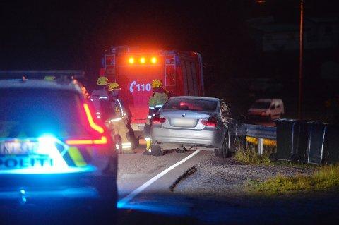 En bil kjørte av veien på Svelvikveien natt til lørdag.