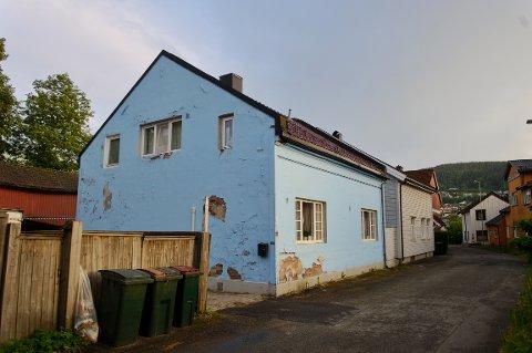 DET BLÅ HUSET: Det er dette huset, og et uthus i bakgården, som er søkt revet i Bromannsgangen.