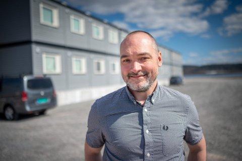 TRENGER FLERE ANSATTE: Tidligere i sommer åpnet Fjordbyen Innkvartering brakkehotell på Brakerøya. Nå trenger Ståle Gundersen, som har stillinga som plass-sjef, flere ansatte.