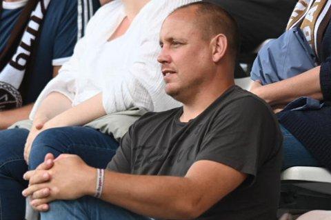 FAST TRIBUNESLITER: Thomas Solvoll på tribunen på Consto Arena onsdag kveld, under eliteseriekampen mellom MIF og Stabæk.