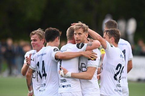 SIF-JUBEL: Her har Niklas Gunnarsson ( i midten) nettopp scoret SIFs 1-0-mål mot Ready i 2. runde i NM.