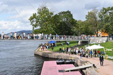 TRADISJON: Siden 2009 har kunstnere kommet til Drammen for å stille ut kunsten sin langs elva.