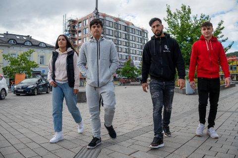 F.v.: Marveh Arvand (18), Aron Ahmad (14), Hassan Etminan og Aliyan Ahmad (17) mener sommerens ungdomstiltak må komme tilbake - snarest.