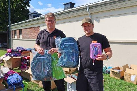 NYE SKOLESEKKER: Andreas Thorset og Stian Nedberg fra Kirkens Bymisjon har brukt de siste dagene på å dele ut skolesekker til mange spente barn og ungdom før skolestart.