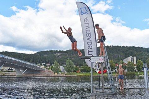 LUFTIG SVEV: Lørdag ble det målt 18 grader i vannet ved Ælvebadstua  i Drammen. Lykke Hagen Roang (8) bader med familien sin her lørdag formiddag, og tok mer enn gjerne et luftig svev for Drammens Tidendes utsendte.