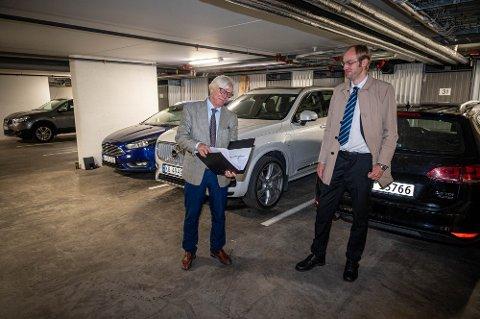 BEFARING: Under rettssaken var advokatene Petter Holmen og Snorre Nøstdahl på befaring i parkeringskjelleren.