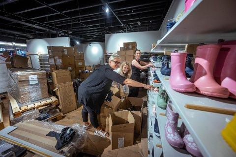 I FULL SVING: Butikksjef på Skoringen, Stine Fålund (t.h.) og  butikkmedarbeidere Siri Hæhre Bakken (t.v.) og Emilie Reiersrud (midten) er i full gang med å gjøre klar de nye lokalene til lørdagens åpning.