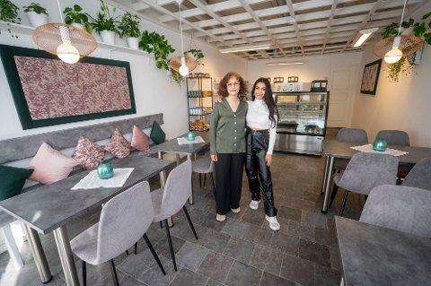 NY KAFÉ:  Farzaneh Bakharae (t.v) åpner dørene til sin veganske kafé tirsdag. Den er kalt opp etter datteren Angelica Michalsen (21), som også kommer til å jobbe litt der.