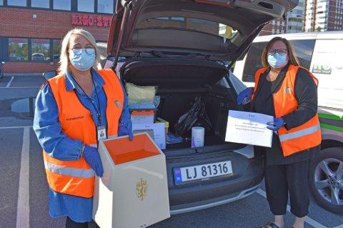 KORONASYKE FÅR STEMT: Ranveig Hushovd og Hilde Rokke jobber til vanlig som rådgivere i Drammen kommune, men i disse dager har de helt andre oppgaver: de kjører hjem til koronasyke med valgurne slik at disse får stemt.
