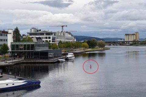 MÅLEVERKTØY: Drammen kommune har nylig satt ut en rød bøye ikke så langt fra Skutebrygga. Den skal være der fram til mars neste år.
