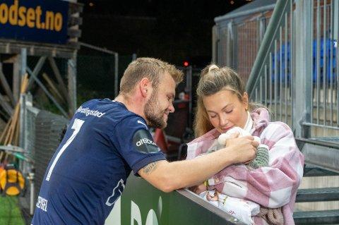 NY SUPPORTER: Stine Tank Henriksen tok med seg datteren Marie til Marienlyst lørdag kveld.
